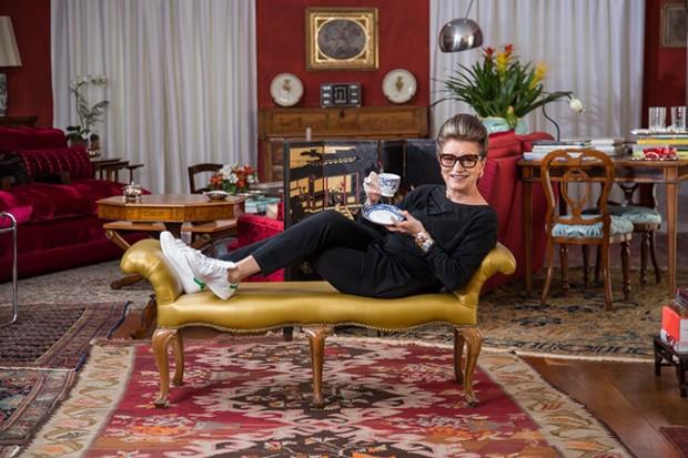 Costanza Pascolato apresenta sua coleção de mesa posta de porcelana na sala de sua casa (Foto: Divulgação)