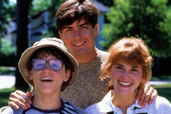 Carey Haim, Charlie Sheen e Kerri Green em imagem de A Inocência do Primeiro Amor (1986) (Foto: Divulgação)