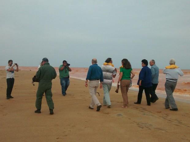 Ministra com as equipes dos governos federal e estadual percorrendo a praia de Regência (Foto: Secom/ Governo do Estado)
