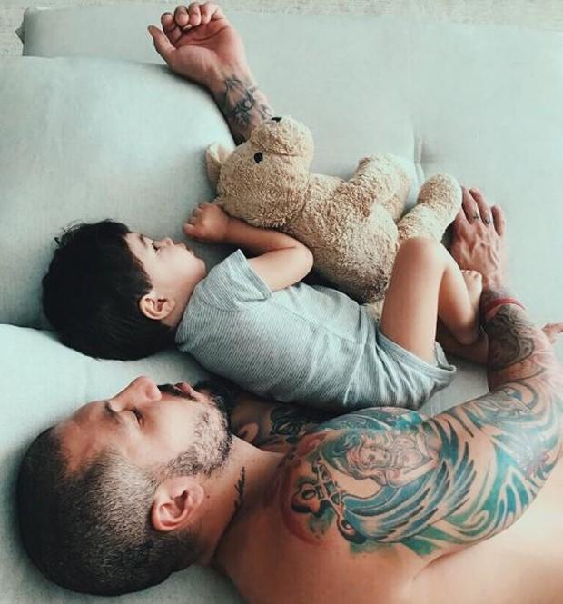 O ex-BBB Fernando Medeiros com o filho (Foto: Reprodução/Instagram)