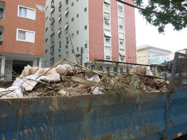 Pedaços de madeira, janelas quebradas e outros entulhos foram retirados (Foto: Orion Pires/G1)