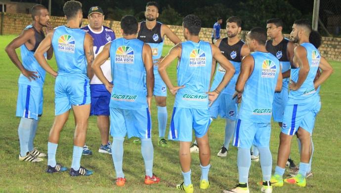 Técnico Chiquinho dá últimas instruções antes do amistoso com o Bonfim Esporte Clube (Foto: imagem/Tércio Neto)