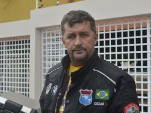 Cesar Calos Riva, de 51 anos, é motoqueiro há 30 anos (Foto: Dyepeson Martins/G1)