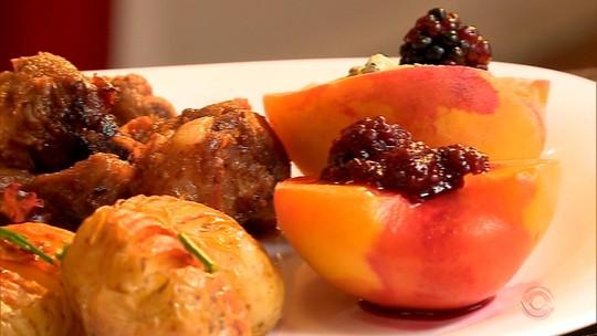 Fruta da safra, pêssego pode ser feito assado e ao molho de vinho; aprenda