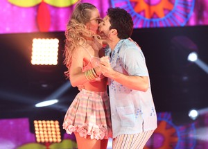 Rainer Cadete e Juliana Valcézia se beijam em cena (Foto: Carol Caminha/Gshow)