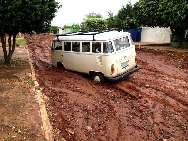 Carro atola em rua de Campo Grande MS (Foto: Rodrig Azevedo da Silva/VC no G1 MS)