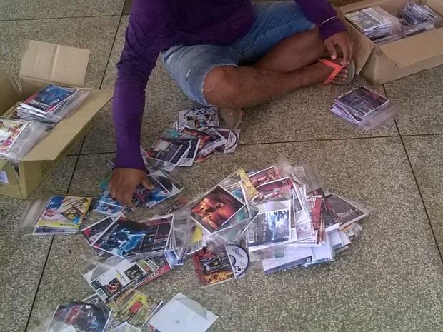 CDs e DVDs piratas foram apreendidos em feira, segundo a PM (Foto: Divulgação/ 4ºBPM)