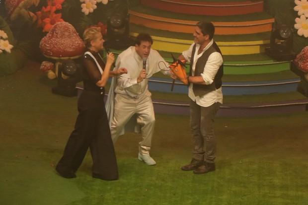 Xuxa, Sérgio Mallandro e Junno Andrade se divertem em cima do palco durante festa no Rio (Foto: Ricardo Nunes / Divulgação)