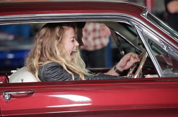 Amber Heard reencontra seu carro após um ano no programa Overhaulin' (Foto: Discovery)