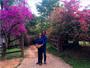 Paula Fernandes posa abraçadinha com o namorado