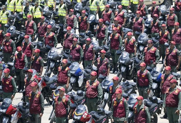 Membros das Forças Armadas venezuelanas durante cerimônia em Caracas (Foto: Juan Barreto/AFP)