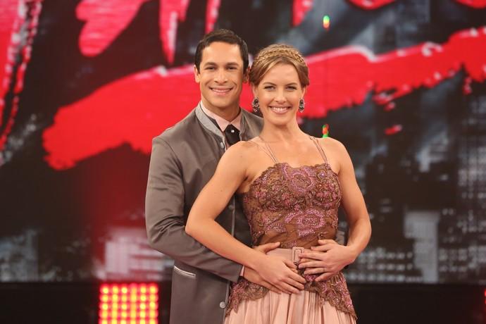 Rainer Cadete e Ju Valcézia prontos para dançar no ritmo da valsa no palco do 'Domingão' (Foto: Carol Caminha/Gshow)