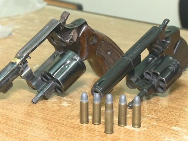 Armas foram encontradas com os criminosos (Foto: Reprodução / TV Tribuna)