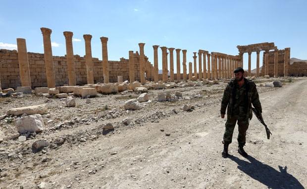 Soldado sírio caminha no templo de Bel, em Palmira. Governo sírio recuperou no domingo domínio sobre a cidade (Foto: Joseph Eid/AFP)
