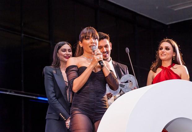 Anitta em seu discurso no Men of The Year com Thaila Ayala, João Vicente e Monica Iozzi (Foto: Ricardo Toscani)