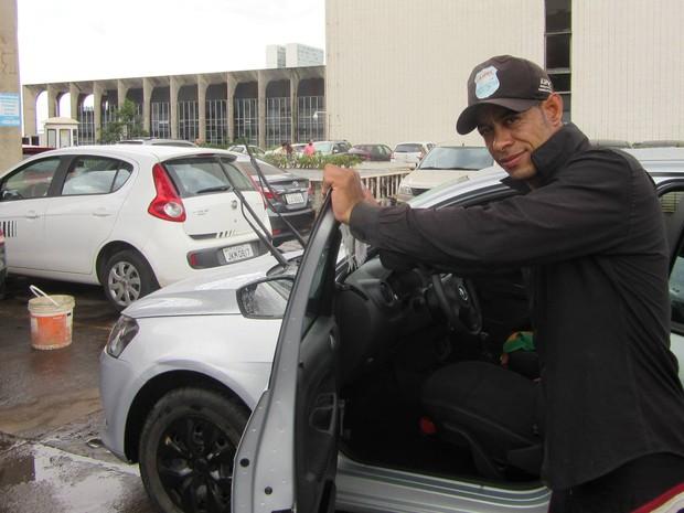 O lavador de carros Regis Oliveira ao lado do prédio do Ministério da Saúde (Foto: Alexandre Bastos/G1)