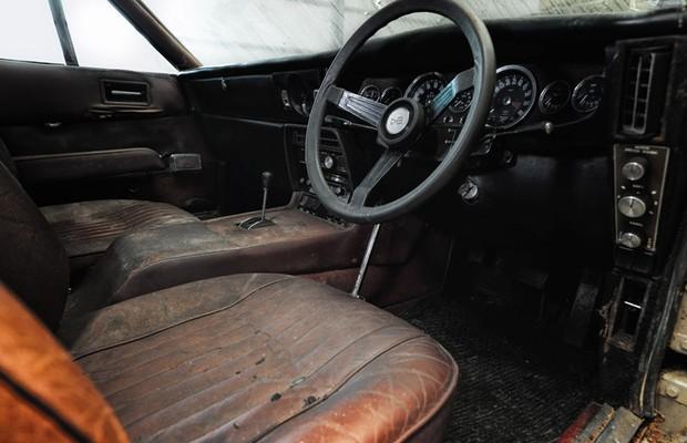 Estofamento de couro Connolly do DBS precisa ser restaurado como todo o resto  (Foto:  Divulgação)