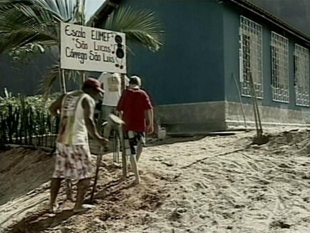 Eles juntaram forças para que filhos aprendessem a língua da comunidade (Foto: Reprodução/TV Gazeta)