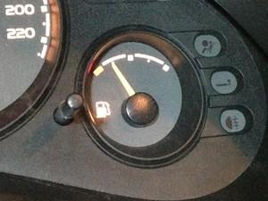 Se o seu carro, de repente, ficou muito econômico, desconfie (Foto: Denis Marum/G1)
