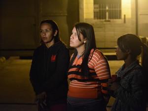 Familiares de presos em frente ao CDP de Mogi na noite de quinta-feira (13) (Foto: Bruno Rocha/GE)