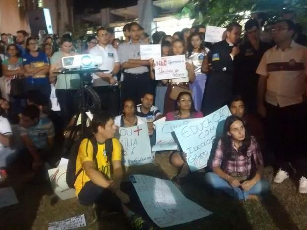 Manifestantes acompanharam a sessão por um telão em frente à Câmara. (Foto: André Souza/ G1)