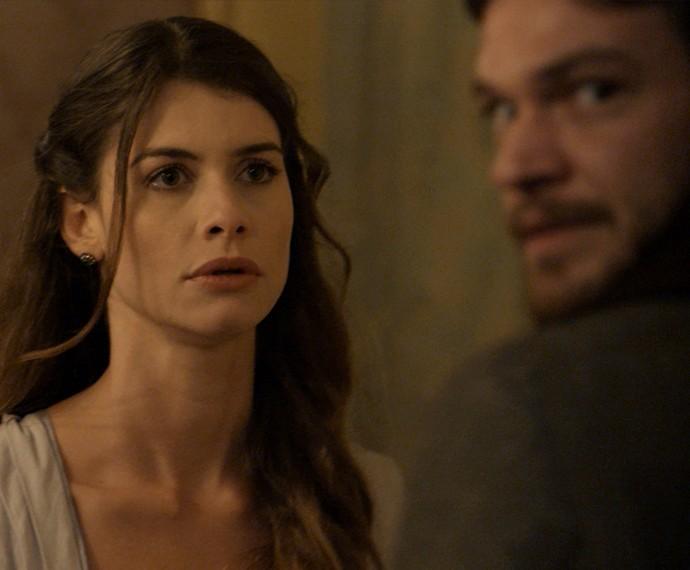 Lívia fica tensa quando vê o Conde (Foto: TV Globo)