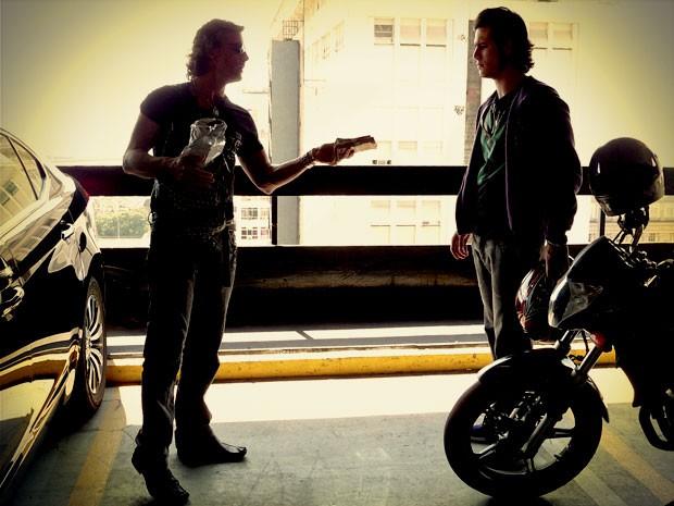 Max dá pouco dinheiro para Lúcio  (Foto: Avenida Brasil / TV Globo)