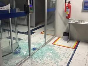 Criminosos invadiram a agência, mas não conseguiram explodir o cofre (Foto: Foto: Arquivo Pessoal)