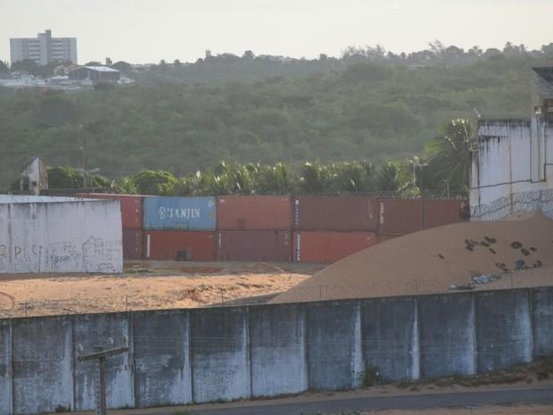 Segundo camada de contêiners já foi instalada em Alcaçuz (Foto: Fred Carvalho -  G1/RN)