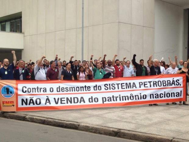 Trabalhadores estenderam faixas no bairro do Valongo (Foto: Guilherme Lúcio da Rocha/G1)