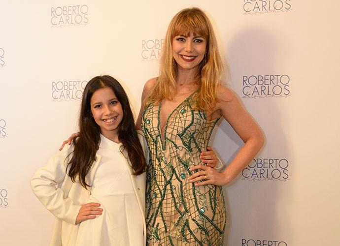 Simone Soares curtiu o show de Roberto Carlos ao lado da filha Luiza (Foto: Ellen Soares/Gshow)