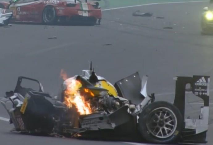 Carro de Webber pega fogo após choque em Interlagos (Foto: Reprodução/SporTV)