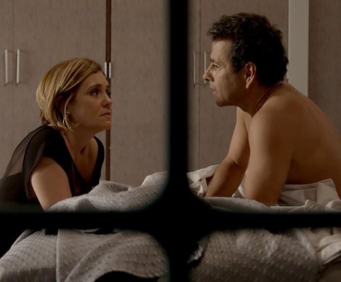 A insegurança bate em Inês quando ouve Aderbal falar em Beatriz (Foto: TV Globo)