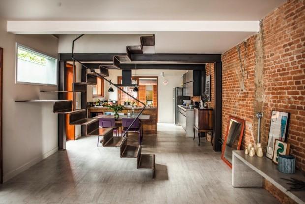 Escada com visual leve e escultórico, de chapas de ferro dobradas (Foto: Edu Castello / Editora Globo)