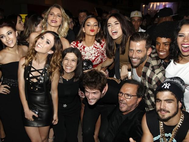 Diretor Wolf Maya com elenco de I love Paraisópolis em festa em São Paulo (Foto: Celso Tavares/ EGO)