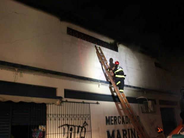 Parede foi quebrada para facilitar acesso ao depósito (Foto: Jamile Alves/G1 AM)