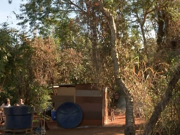 Família de sete pessoas está morando no meio da mata (Foto: Reprodução / TV TEM)