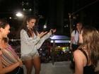 Bruna Marquezine sobe no trio de Ivete Sangalo e dança 'Lepo Lepo'