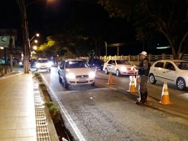 Sete pessoas foram presas em blitz da Lei Seca na madrugada desta quinta-feira (25) (Foto: Divulgação/Polícia Militar)