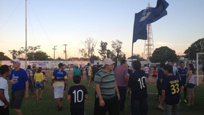 Torcedores do Remo invadem o gramado para comemorar a vitória com os jogadores  (Foto: Marcos Martins/GloboEsporte.com)