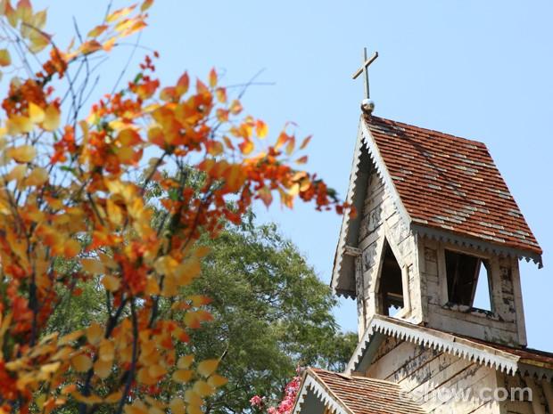 Torre da igreja recoberta de lata e árvore colorida (Foto: Carol Caminha/TV Globo)