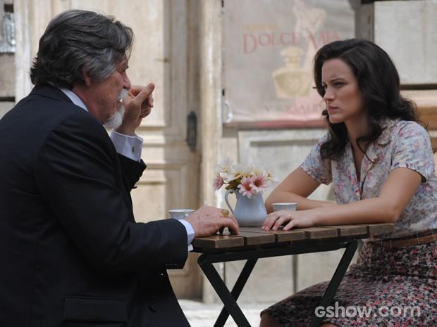 Climão! Ernest pergunta para Amélia se Pérola pode ser filha de Manfred (Foto: Joia Rara/TV Globo)