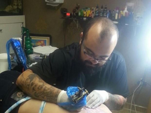 Tatuador Luiz Ricardo Camargo trocará tatuagens por ração em Taubaté (Foto: Divulgação/Ricardo Tattoo Art)