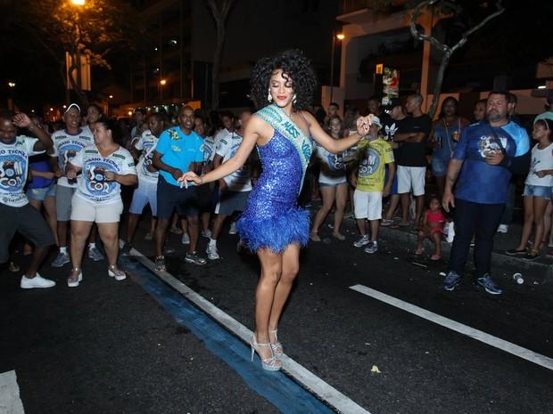 Raissa Santana em ensaio de rua da Vila Isabel na Zona Norte do Rio (Foto: Marcello Sá Barretto/ Ag. News)