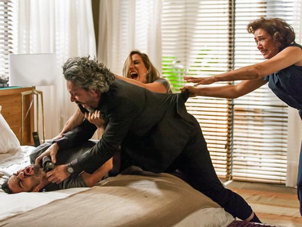 Marta parte para cima de José Alfredo ao ver pai tentar matar o filho (Foto: Artur Meninea/ Gshow)