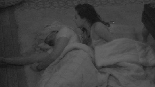 Emilly faz carinho em Marcos, que continua dormindo