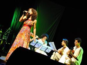 Márcia Mah e banda durante show (Foto: Divulgação/OS2)