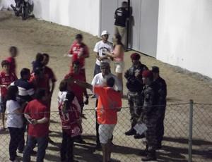 Estádio Barretão - Marconi Barreto conversa com torcedores e Polícia Militar (Foto: Jocaff Souza)