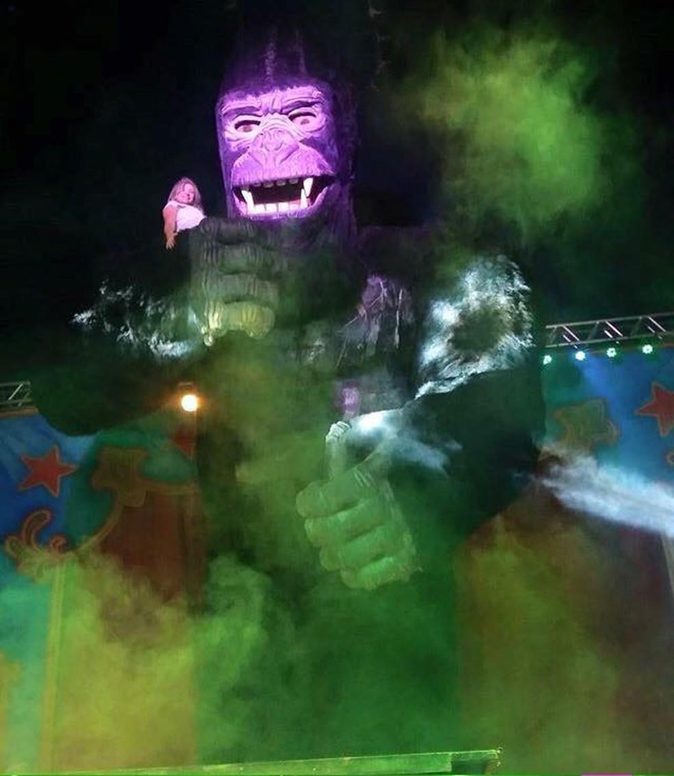 Ligação clandestina teria sido usada para abastecer gorila metálico (Foto: Circo Khronos/Divulgação)