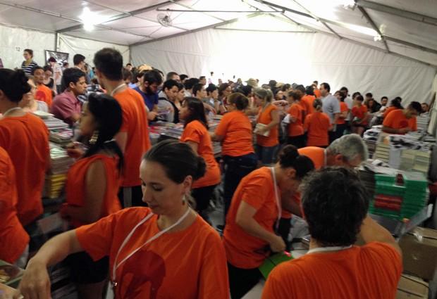 Equipe da Cosac Naify atende os primeiros clientes da Festa do Livro da USP (Foto: Ana Carolina Moreno/G1)